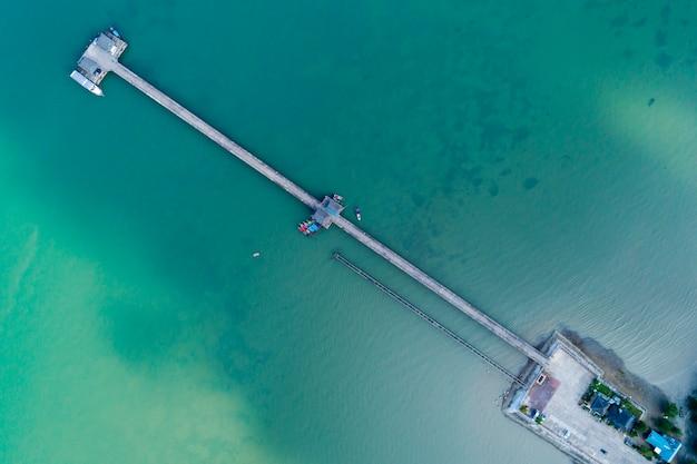 Drohne der draufsicht der luft schoss von der brücke mit bootsfischer des langen schwanzes in der sommersaison Premium Fotos