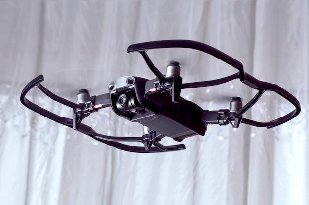 Drohne dji mavic luft, quadroopter fliegt im raum, mit schutzzubehör drauf Premium Fotos