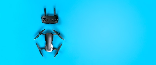 Drohne dji mavic luft und bedienfeld, auf blau Premium Fotos