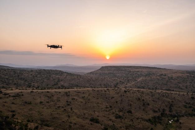 Drohne fliegt über die hügel mit dem schönen sonnenuntergang in kenia, nairobi, samburu Kostenlose Fotos