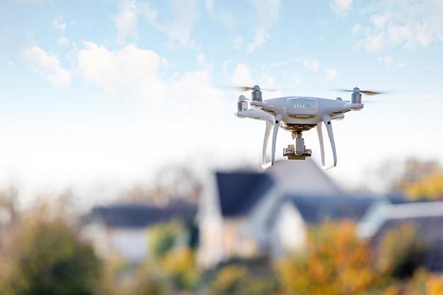 Drohne fliegt vor zu hause Premium Fotos