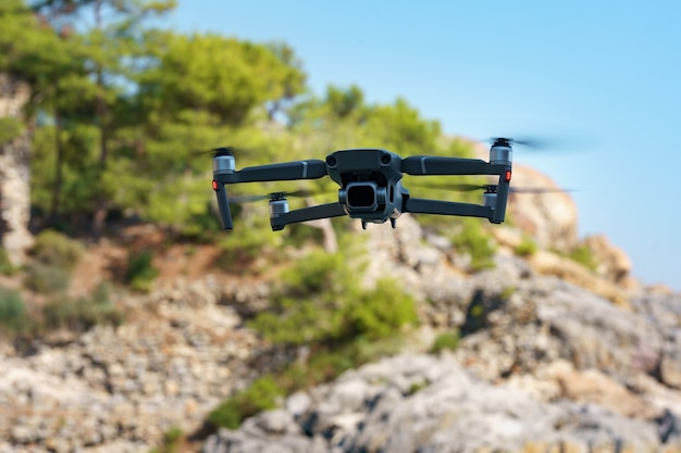 Drohnen-hubschrauber fliegt mit digitalkamera. Kostenlose Fotos