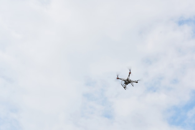 Drohnen-quad-copter mit hochauflösender digitalkamera am himmel. Kostenlose Fotos