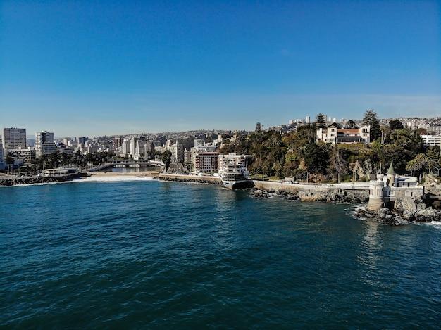 Drohnenaufnahme der küste von vina del mar mit einer kleinen burg, einem restaurant und einem fluss Premium Fotos