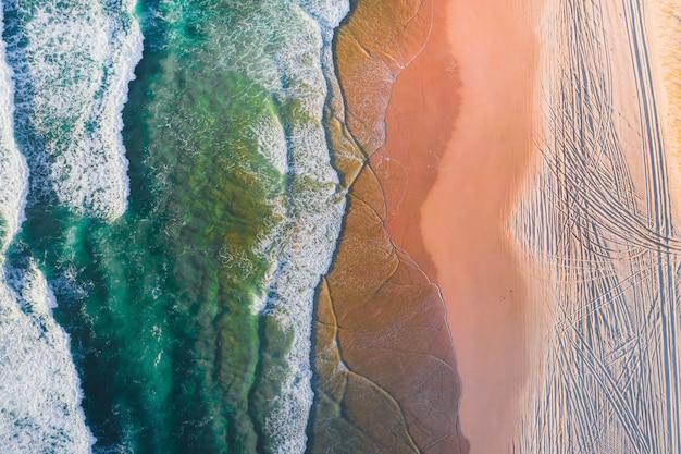 Drohnenblick auf den schönen strand mit kristallklarem wasser Kostenlose Fotos