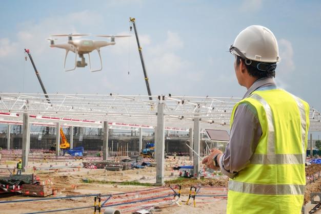 Drohneninspektion. betreiber, der baustellenkontrolle durch bauingenieur kontrolliert Premium Fotos