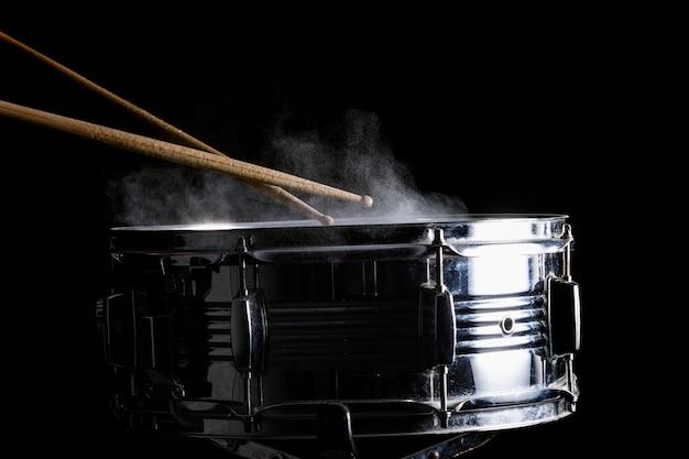 Drumsticks schlagen auf die snaredrum Premium Fotos