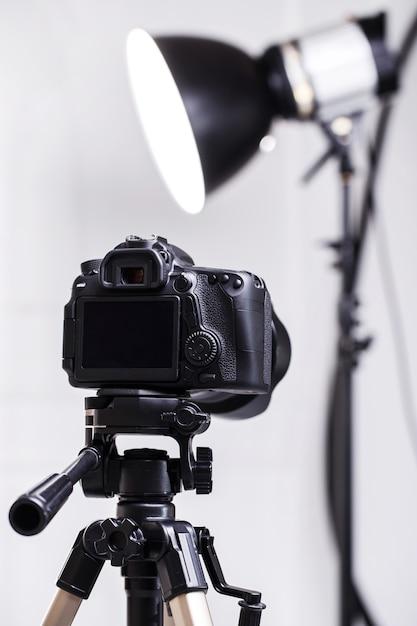 Dslr-kamera auf stativ Premium Fotos