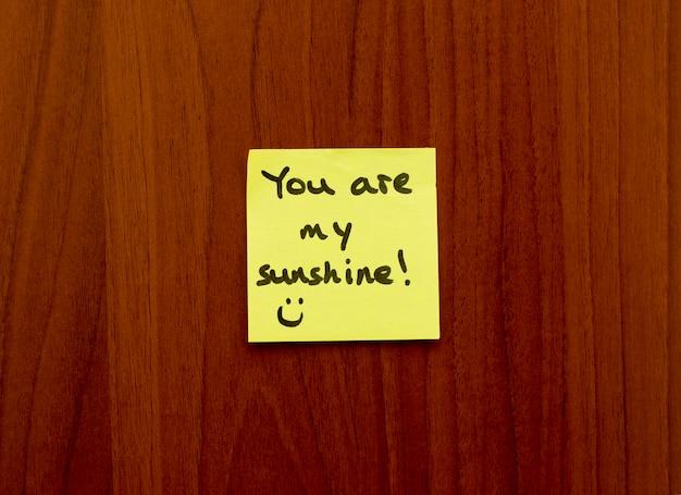 Du bist mein sunhine note reminder gelben aufkleber an der wand. Premium Fotos