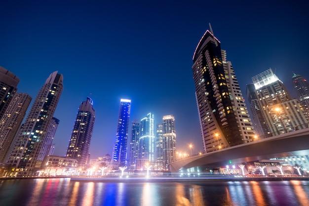 Dubai business bay in der nacht Premium Fotos
