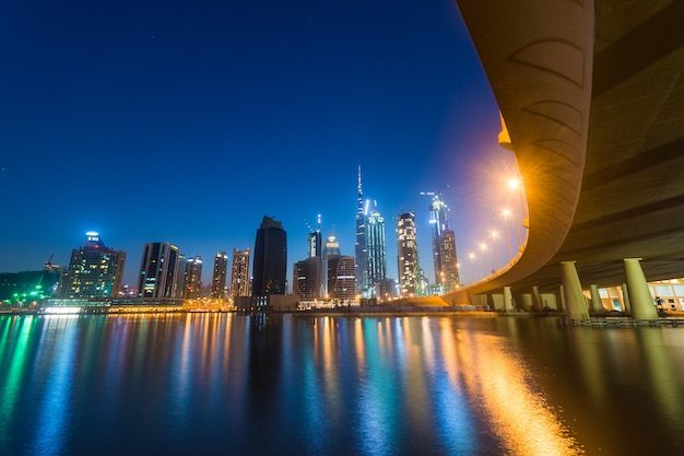 Dubai business bay in der nacht Premium Fotos