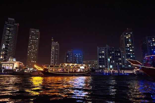 Dubai marina in der nacht Premium Fotos