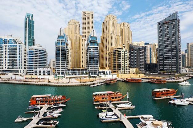 Dubai marina mit booten Premium Fotos