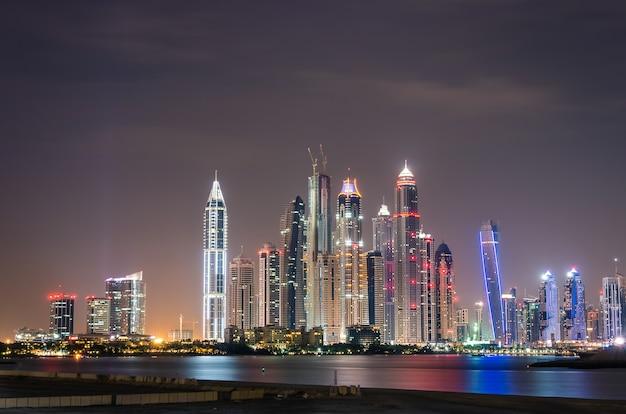 Dubai marina skyline bei nacht Premium Fotos