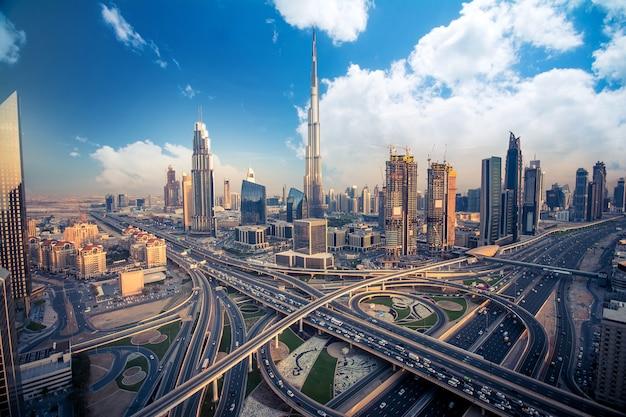 Dubai skyline am abend Premium Fotos