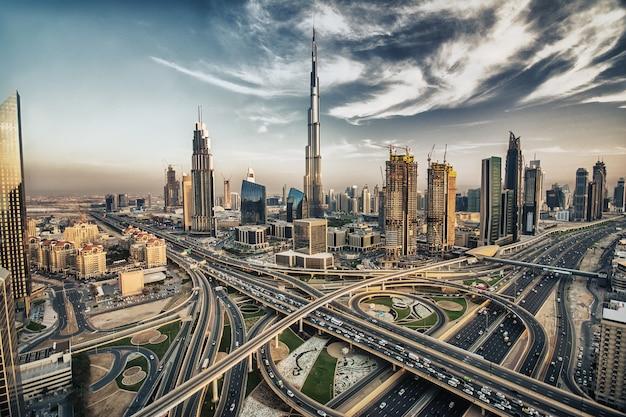 Dubai-skyline mit schöner stadt Premium Fotos