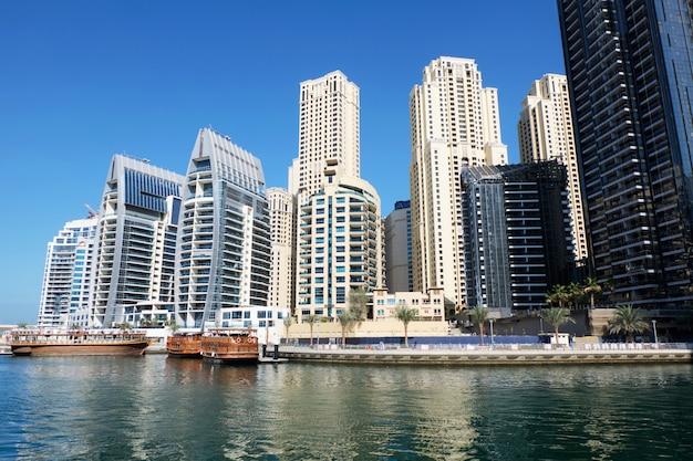 Dubai-stadtbild mit gebäuden und booten Premium Fotos