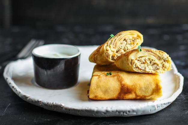 Dünne pfannkuchen oder crepes gefüllt hühnerfleisch und gemüse Premium Fotos