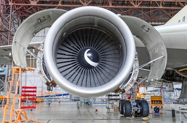 Düsentriebwerk offen und wartungsbereit im hangar Premium Fotos