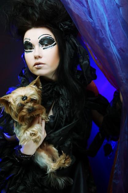 Dunkle königin mit kleinem hund Premium Fotos