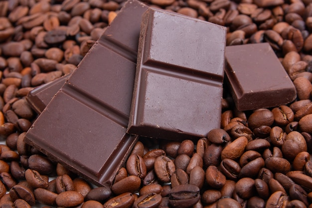 Dunkle milchschokolade und kaffeebohnen Premium Fotos