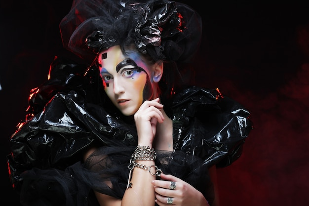 Dunkle schöne gotische prinzessin in der halloween-party Premium Fotos