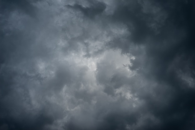 Dunkle schwarze wolken am himmel, stürmischer regenwolkenhintergrund. Premium Fotos
