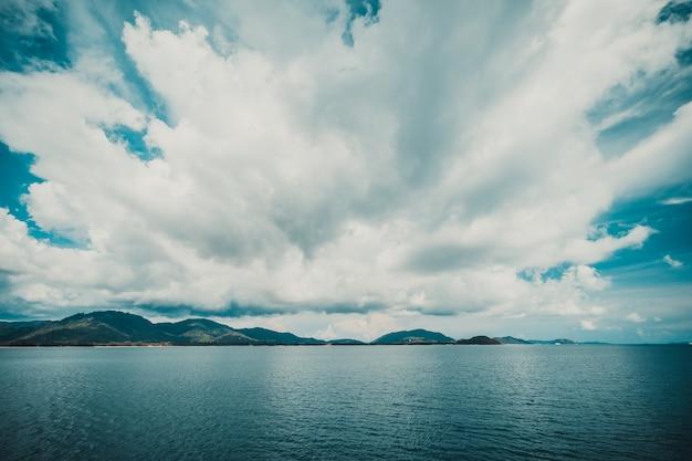 Dunkle wolke am himmel mit insel Kostenlose Fotos