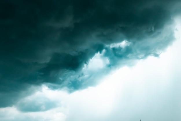 Dunkle wolke über dem himmel. konzeptidee drücken. emotion und umweltkonzept Premium Fotos