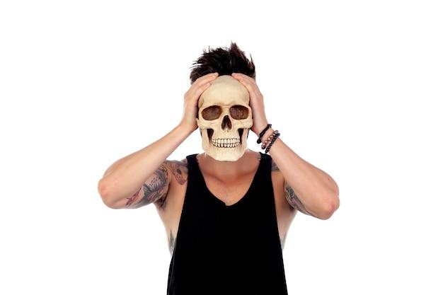 Dunkler kerl mit einem menschlichen schädel. Premium Fotos