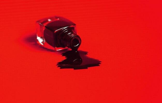 Dunkler nagellack lief aus der flasche. Premium Fotos