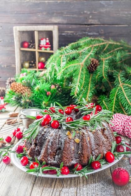 Dunkler schokoladenlebkuchenweihnachten-bundt kuchen Premium Fotos