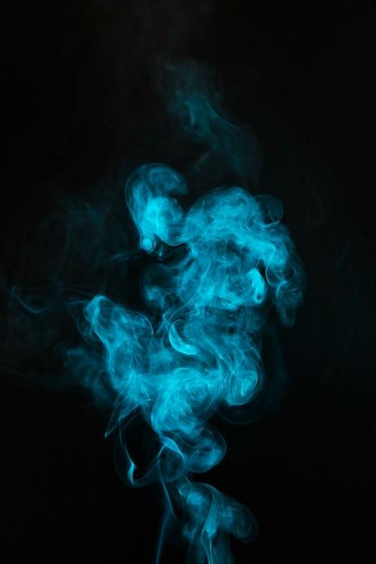 Durchbrennenrauch des blauen nebels auf schwarzem hintergrund Kostenlose Fotos