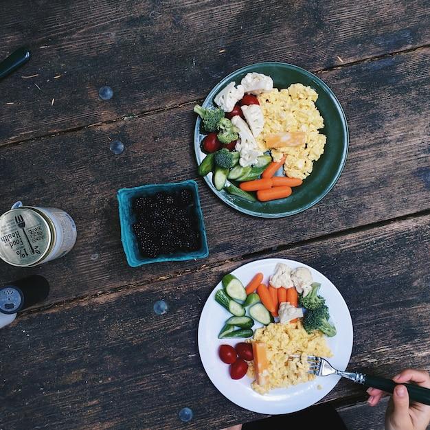 Durcheinandergemischte eier mit gemüse zum frühstück beim kampieren Kostenlose Fotos