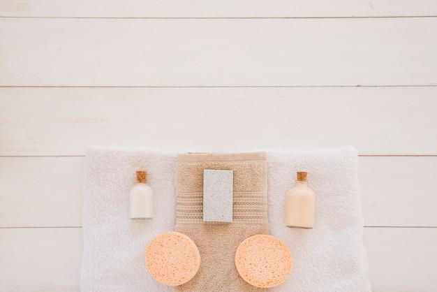 Duschzubehör auf weißem schreibtisch Kostenlose Fotos