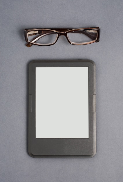 E-book und brille auf grau Premium Fotos