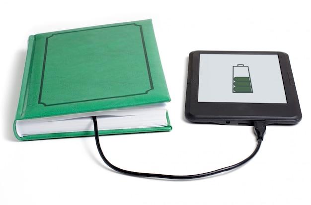E-book und buch mit kabel verbunden Premium Fotos