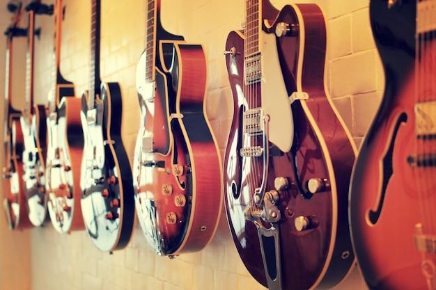 E-gitarren an der wand ausgerichtet Premium Fotos