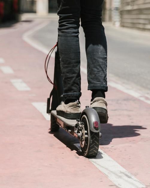 E-roller-mitfahrer der ansicht von unten auf radweg Kostenlose Fotos