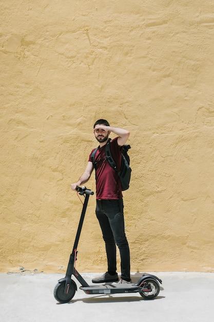 E-rollerfahrer, der seine augen bedeckt Kostenlose Fotos