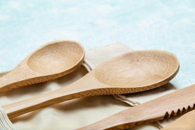 Eco freundliches bambusbesteck stellte auf blau ein. null-abfall-konzept Premium Fotos
