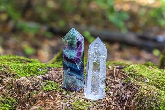 Edelsteine fluorit, quarzkristall. magic rock für mystische rituale, hexerei wicca und spirituelle praxis auf baumstümpfen Premium Fotos