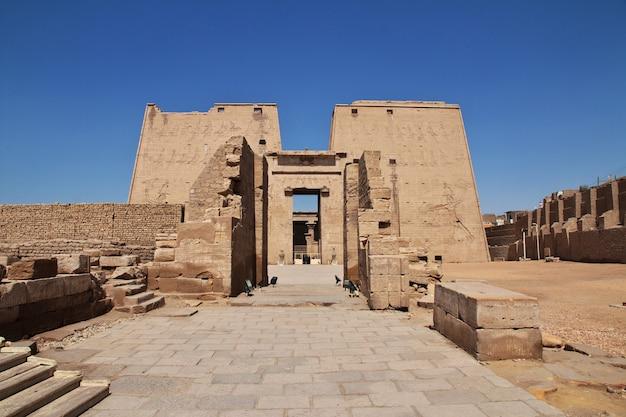 Edfu tempel auf dem nil in ägypten Premium Fotos