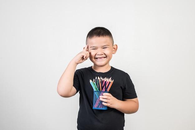 Educatoin junge, der in der atelieraufnahme lächelt Kostenlose Fotos