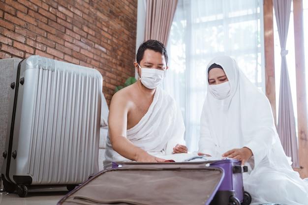 Ehefrau und ehemann der muslimischen pilger hadsch und umrah Premium Fotos