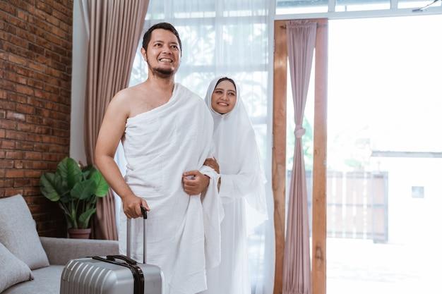 Ehefrau und ehemann muslimischer pilger bereit für umrah Premium Fotos
