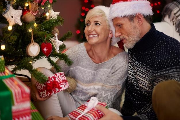 Ehemann und ehefrau neben dem weihnachtsbaum Kostenlose Fotos