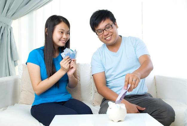 Ehemann und frau mit familienfinanzkonzept Premium Fotos