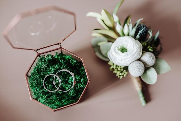 Eheringe in einer schönen glasbox Premium Fotos