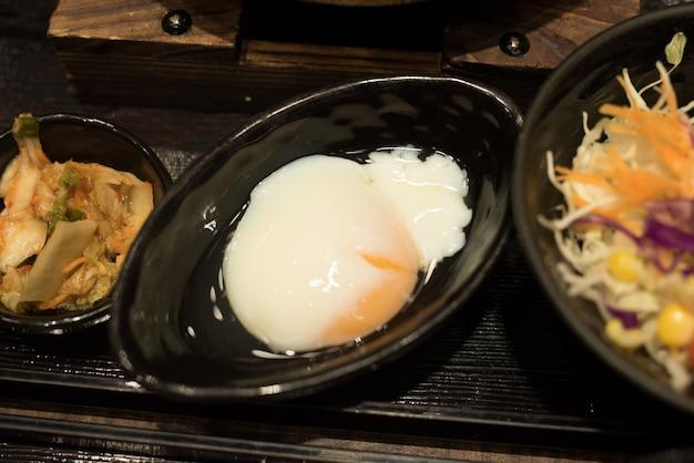 Ei und salat essen auf dem tisch Premium Fotos